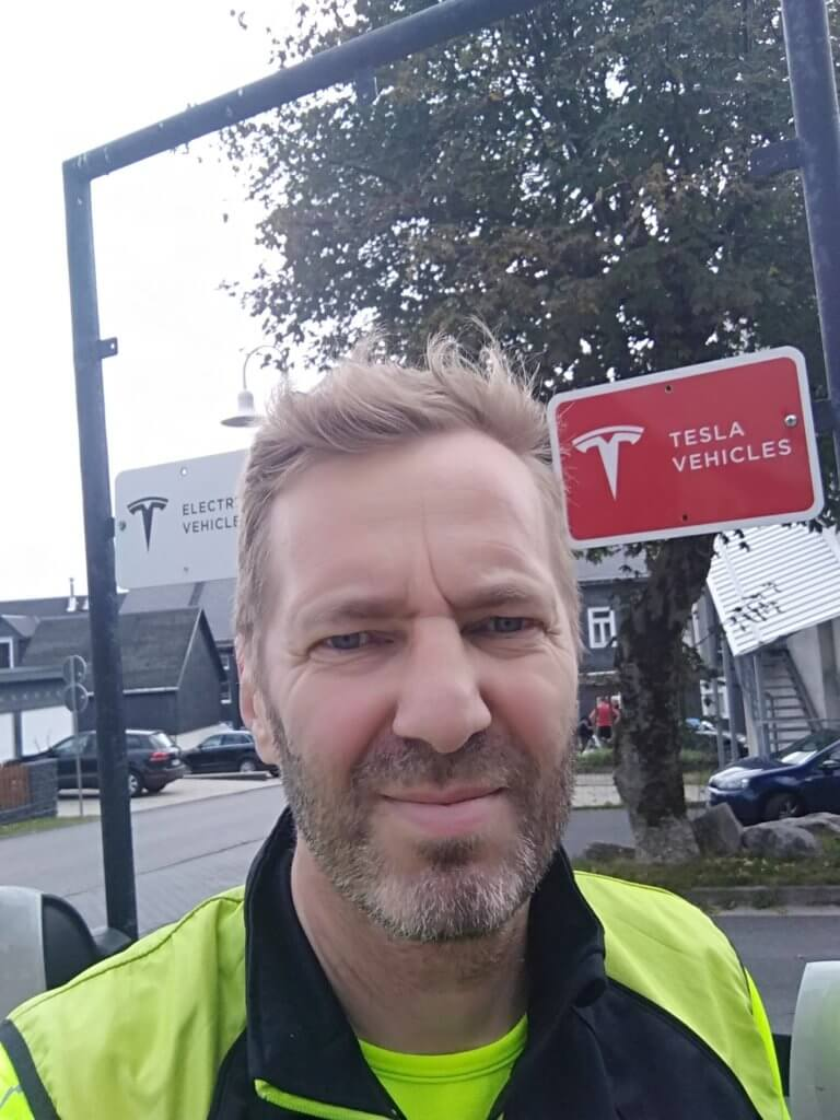 Thomas entdeckt in Masserberg die Tesla Ladestation (c) radelei.de